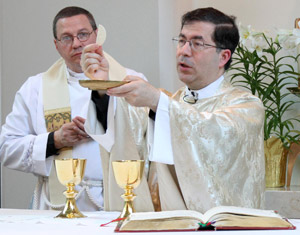 Fr. Frank Pavone celebrates Mass with Fr. Rob Schenck during the annual Legatus Pro-Life Conference